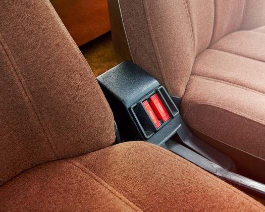 Volvo+245DL+-+Front+seat+buckles